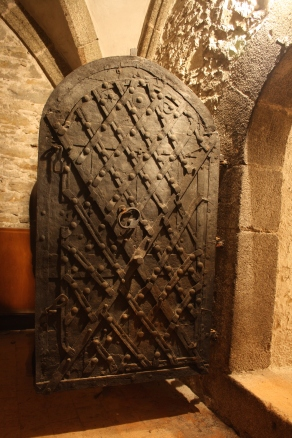 Old_door_of_secret_room_in_Church_of_Saint_Martin_in_Třebíč,_Třebíč_District