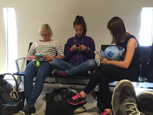 Young_people_texting_on_smartphones