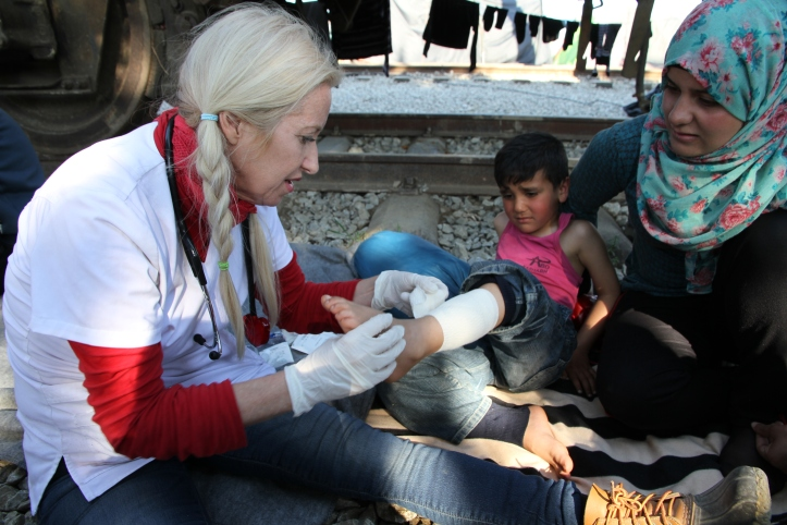 Dr._Alison_thompson_helping_refugees_idomeni